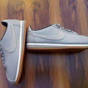 NIKE CLASSIC Cortez Premium Shoes - Silver/Gum